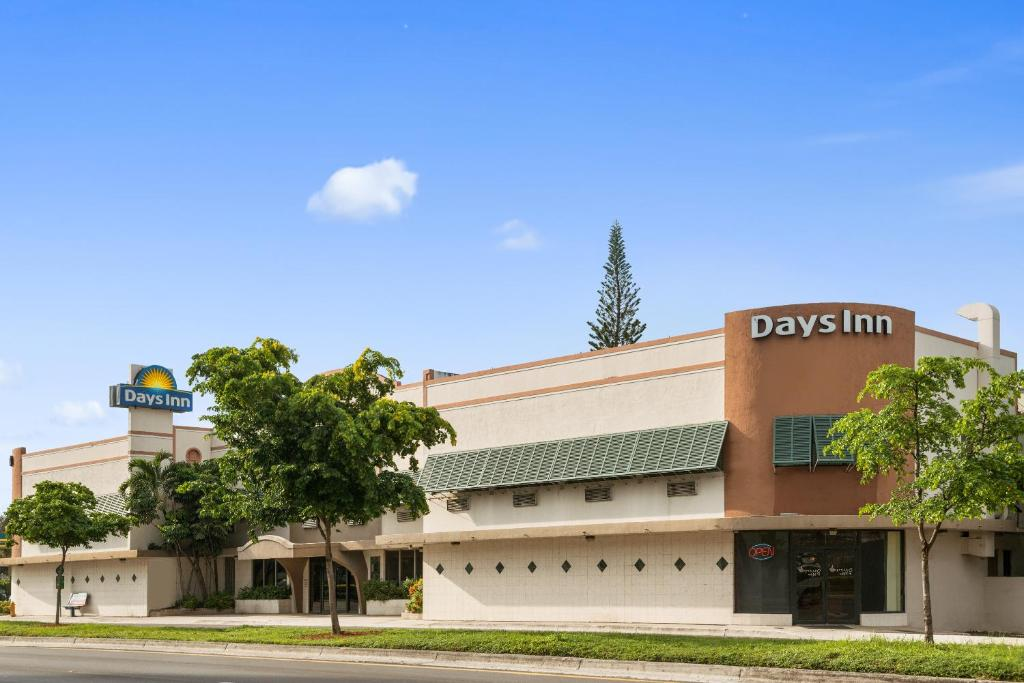 Book Now Days Inn Miami Airport North (Miami, United States). Rooms Available for all budgets. Gotta love the free Wi-Fi and the free parking available to you as a guest at the Days Inn Miami Airport North. The hotel is spread-out with all 145 guestrooms on two floors.