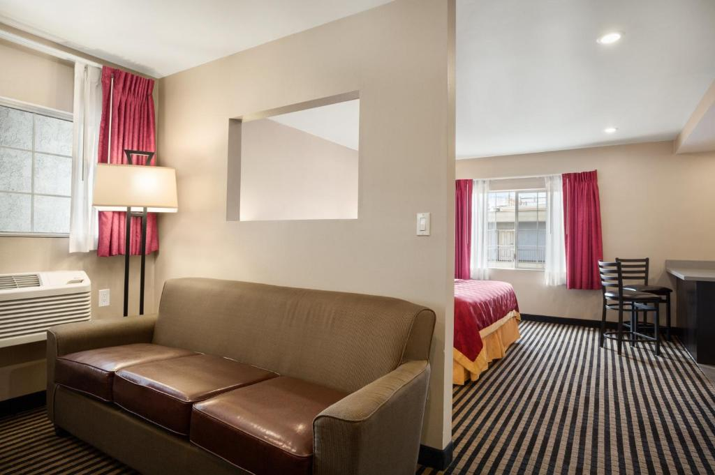Book Now Ramada Marina Del Rey (Marina del Rey, United States). Rooms Available for all budgets. Boasting a convenient location — a five-minute drive to Venice Beach — and perks like free breakfast and free Wi-Fi the Ramada Marina Del Rey offers good value f