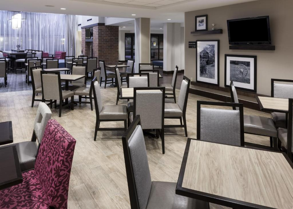 Book Now Hampton Inn And Suites Omaha Downtown (Omaha, United States). Rooms Available for all budgets. Free Wi-Fi free hot breakfast and a free airport shuttle are some of the extras our guests appreciate at non-smoking Hampton Inn and Suites Omaha Downtown. This four-story hot