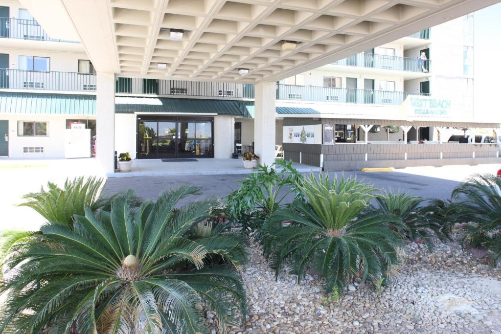 Book Now Beachside Resort Hotel (Gulf Shores, United States). Rooms Available for all budgets. Located across the street from Gulf Shores Beach the Beachside Resort Hotel has an on-site outdoor pool on the third floor and free WiFi. The resort is less than 10 minutes' d