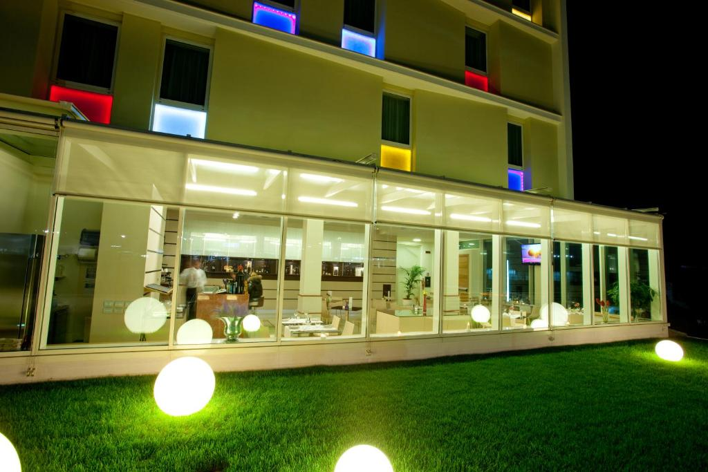 Book Now Breaking Business Hotel (Mosciano Santangelo, Italy). Rooms Available for all budgets. Breaking Business Hotel is set near the Adriatic Coast a few metres from both the A14 and A24 motorway exits. Highlights include a modern wellness centre and a rooftop terrace