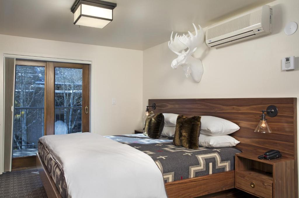 Book Now Hotel Durant (Aspen, United States). Rooms Available for all budgets. Just 1 block from the free shuttle bus to all 4 Aspen ski mountains and 4 blocks to the Aspen Mountain Gondola this intimate hotel offers free Wi-Fi and a daily continental br