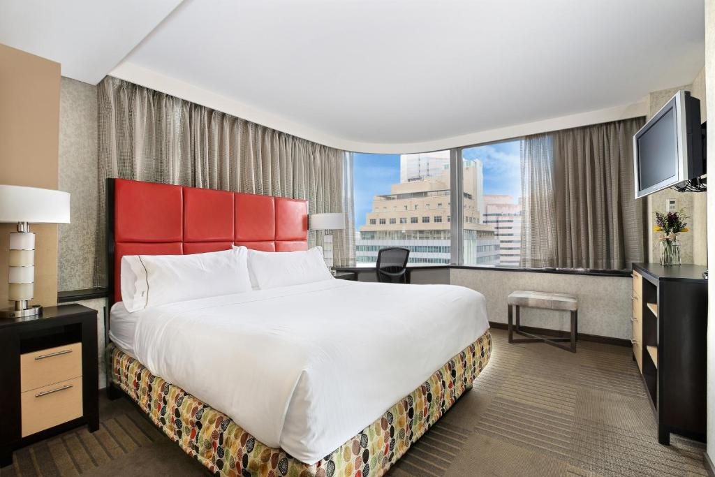Book Now Holiday Inn Express Denver Downtown (Denver, United States). Rooms Available for all budgets. Free breakfast and Wi-Fi at a price that's nice for the downtown location are what our guests like about the non-smoking Holiday Inn Express Denver Downtown. The 20-story 231-