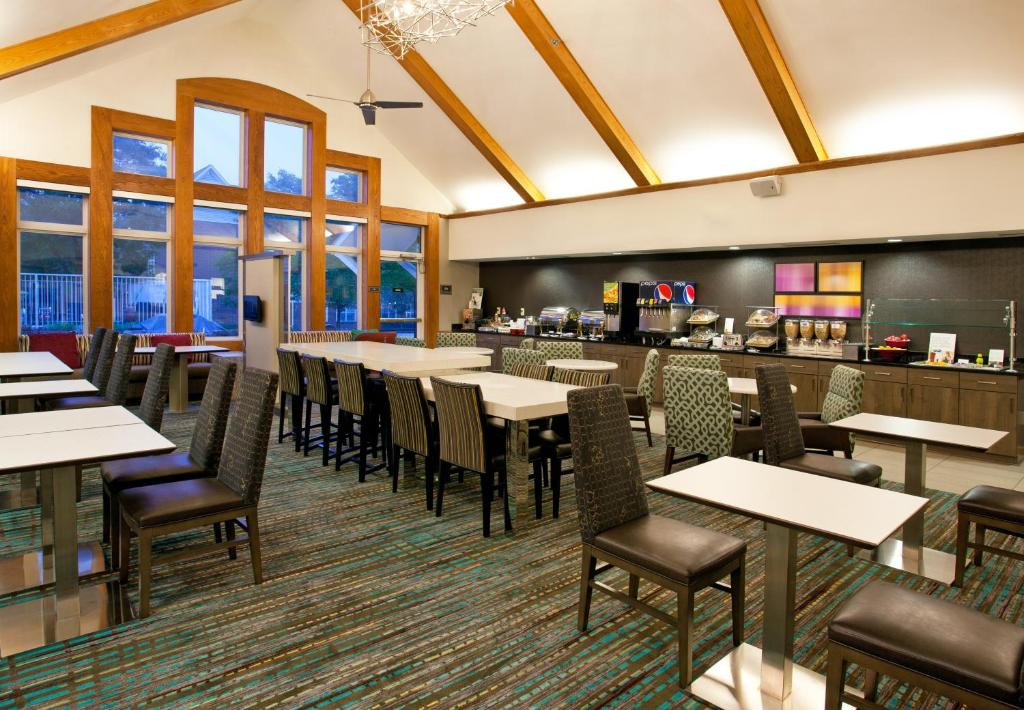 Book Now Residence Inn Pittsburgh Airport (Pittsburgh, United States). Rooms Available for all budgets. An awesome free breakfast spacious rooms and friendly customer service have our guests talking about the Residence Inn Pittsburgh Airport. And they're saying good things about