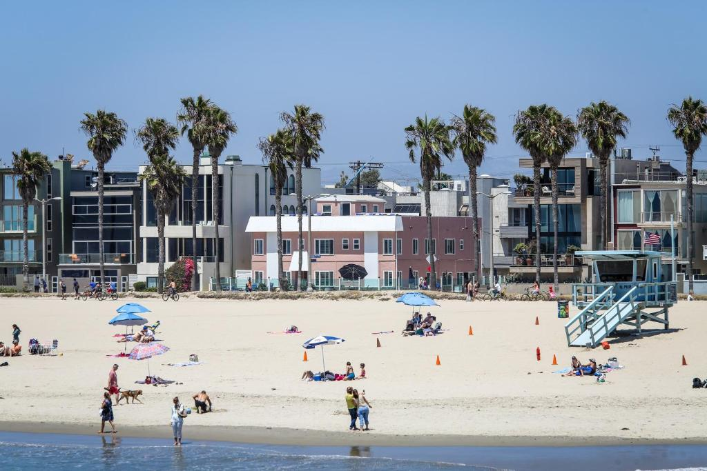 Book Now Venice on the Beach Hotel (Los Angeles, United States). Rooms Available for all budgets. This oceanfront hotel features Pacific Ocean views and a sun terrace. Just 2 minutes' walk from Venice Beach Rentals Venice on the Beach Hotel offers contemporary rooms with f