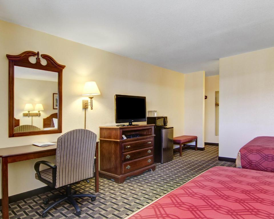 Book Now Econo Lodge Inn & Suites Santa Rosa (Santa Rosa, United States). Rooms Available for all budgets. Well-appointed rooms come with mini-fridges and available Wi-Fi at Econo Lodge Inn & Suites Santa Rosa off Route 66. Flat-panel TVs microwaves mini-fridges and coffeemakers ar