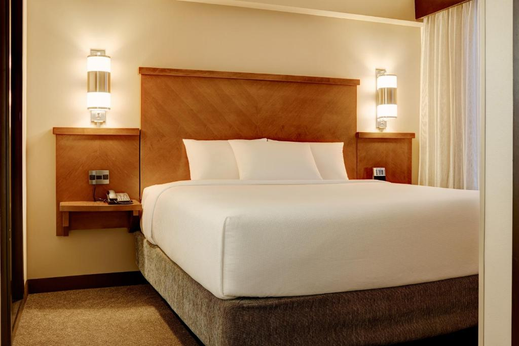 Book Now Hyatt Place Sacramento/Roseville (Roseville, United States). Rooms Available for all budgets. With a complimentary breakfast an outdoor pool and hot tub and free Wi-Fi the Hyatt Place Sacramento Roseville offers lots of amenities to make travel easy. The six-story non-