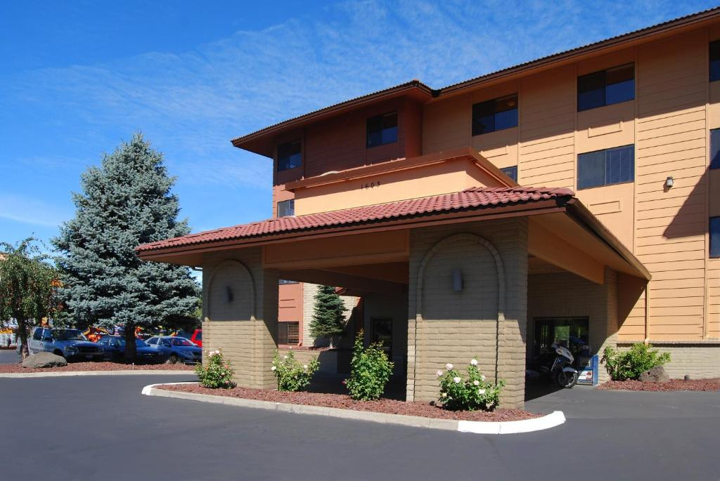 Book Now Oxford Inn Yakima (Yakima, United States). Rooms Available for all budgets. Offering a free breakfast to guests daily this hotel is 4 minutes' drive away from Yakima Convention Center. Free WiFi is provided. A seasonal hot tub and outdoor pool is feat