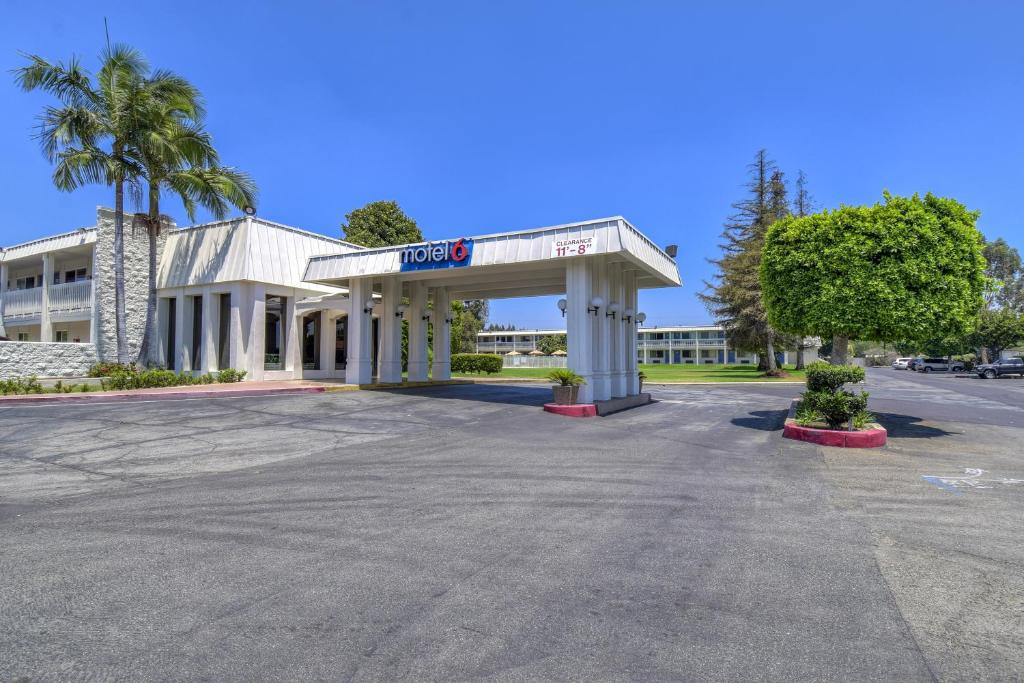 Book Now Motel 6 Claremont (Claremont, United States). Rooms Available for all budgets. Featuring an outdoor swimming pool this Claremont California hotel is 5 minutes' drive to Montclair Plaza. All rooms offer free WiFi.Guest rooms at Motel 6 Claremont provide a