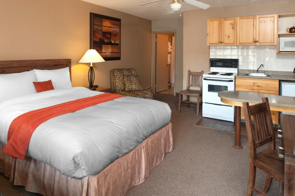Book Now Maligne Lodge (Jasper, Canada). Rooms Available for all budgets. Featuring a sauna indoor pool and outdoor hot tub this hotel is located in Jasper National Park. Each room offers a coffee machine and refrigerator. Free WiFi is provided thro