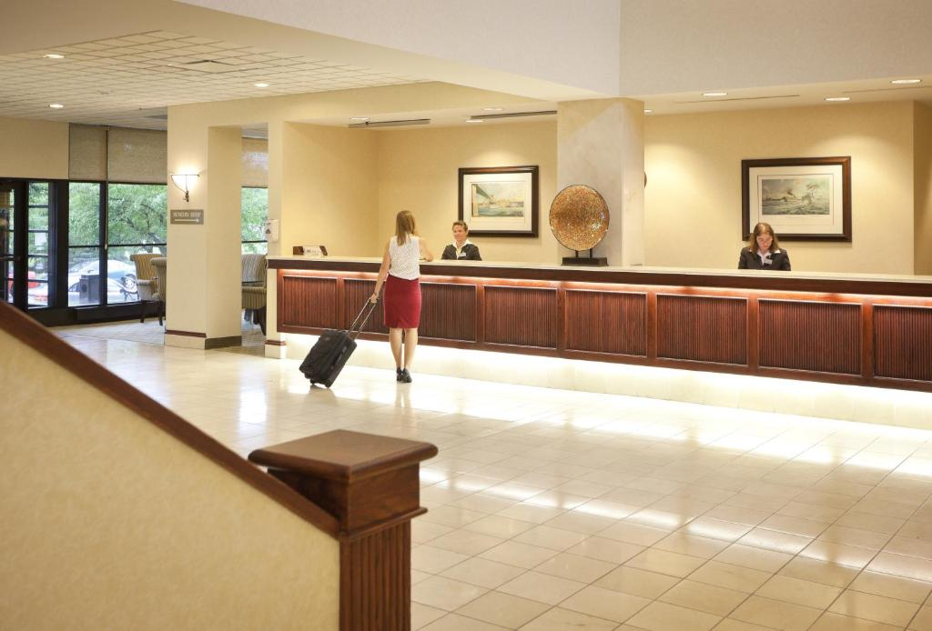 Book Now Radisson Hotel La Crosse (La Crosse, United States). Rooms Available for all budgets. A riverfront location large flat-panel TVs a free shuttle and a top-notch restaurant lead to high ratings among our guests for the non-smoking Radisson Hotel La Crosse. The ei
