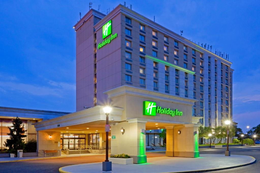 Book Now Holiday Inn Philadelphia Stadium (Philadelphia, United States). Rooms Available for all budgets. A prime spot for Phillies fans the non-smoking Holiday Inn Philadelphia Stadium has a sparkling pool fitness room and extras like free internet access local calls and private