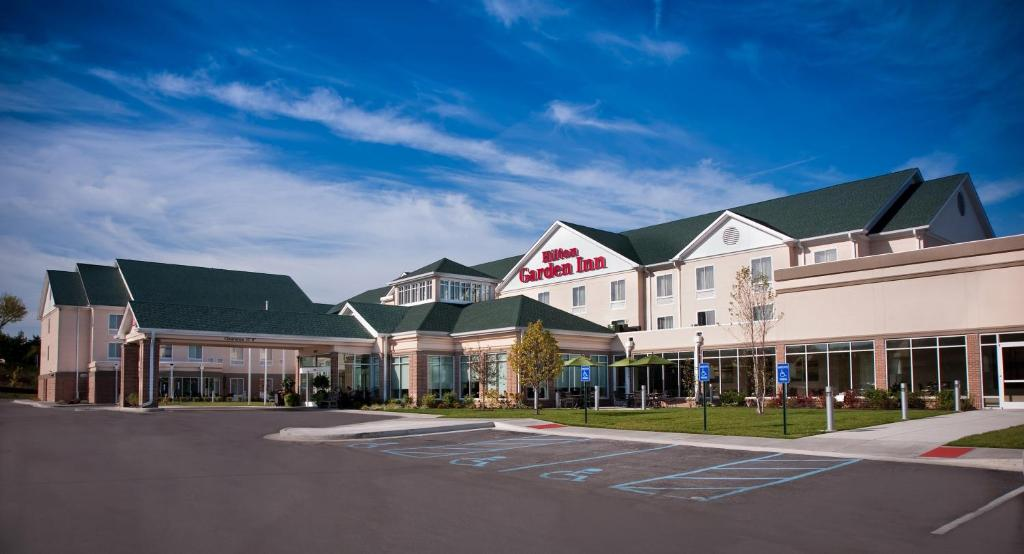 The La Quinta Inn & Suites-St. Louis Westport is a AAA 3-diamond-rated option for park-and-fly guests traveling to and from Lambert-St. Louis International Airport.