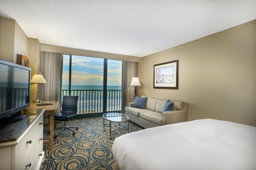 Book Now Hilton Daytona Beach Oceanfront Resort (Daytona Beach, United States). Rooms Available for all budgets. The non-smoking Hilton Daytona Beach Oceanfront Resor offers a beachfront location and a wide selection of dining options making it one of the most popular hotels among guests