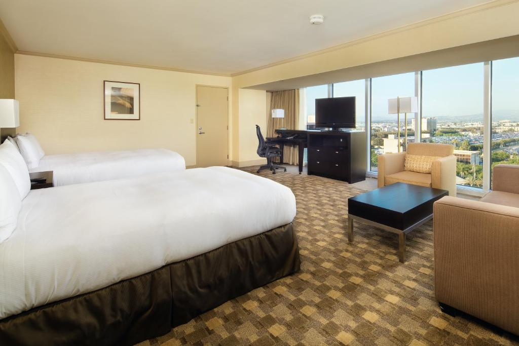 Book Now Hilton Anaheim (Anaheim, United States). Rooms Available for all budgets. A primo location close to Disneyland and the convention center combines with an indoor pool and on-site dining at the Hilton Anaheim a perennial favorite among our guests. Pic