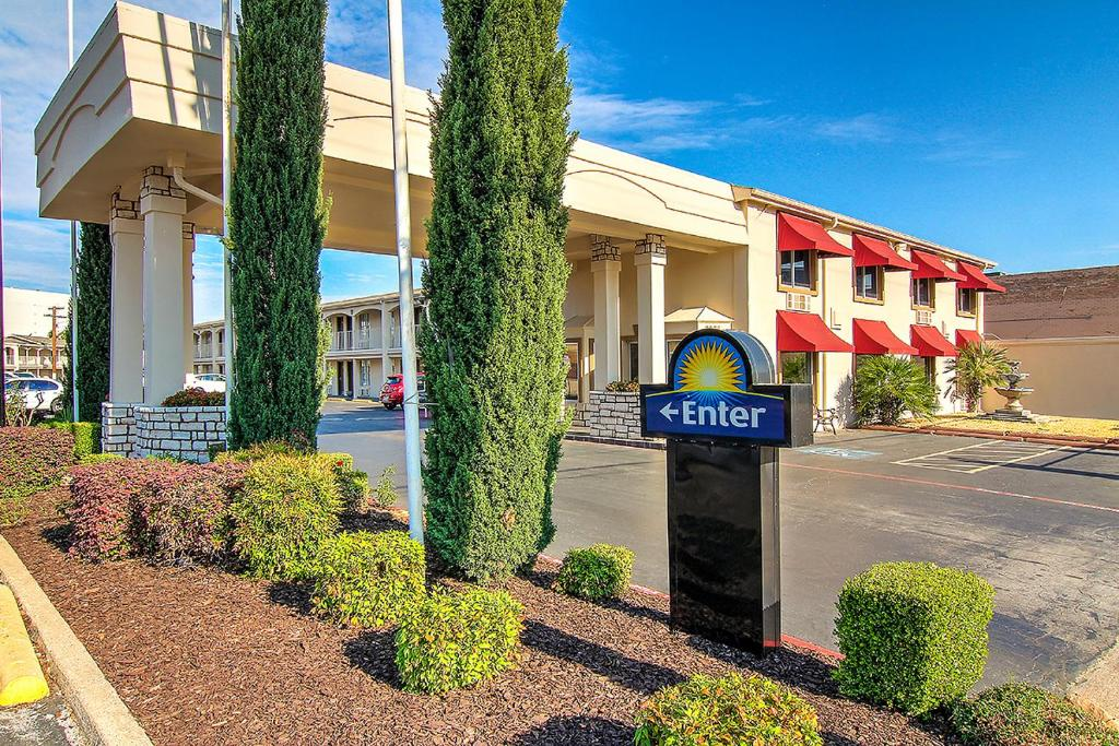 Award winning hotel just 10 miles east of downtown Dallas, we're the ideal choice for road warriors and families. We've spruced up our rooms with new amenities and added a Bistro with healthy breakfast options and full bar service.