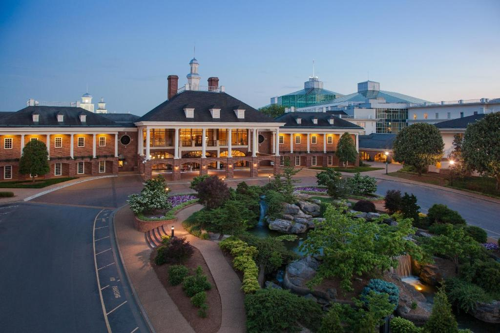 Book Now Gaylord Opryland Resort & Convention Center (Nashville, United States). Rooms Available for all budgets. Three pools six restaurants four bars and a shuttle to the airport and nearby attractions make the non-smoking Gaylord Opryland Resort & Convention Center a popular choice of