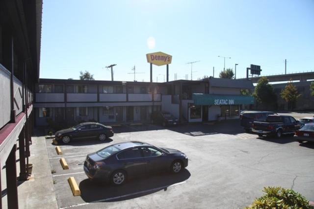 Book Now Seatac Inn (SeaTac, United States). Rooms Available for all budgets. Conveniently located next to Seattle-Tacoma International Airport Seatac Inn offers free 24-hour airport shuttles and secure airport parking. This SeaTac Washington hotel feat