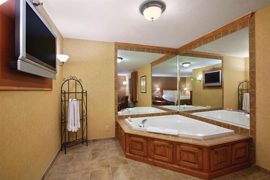 Canton Hotels With Jacuzzi In Room