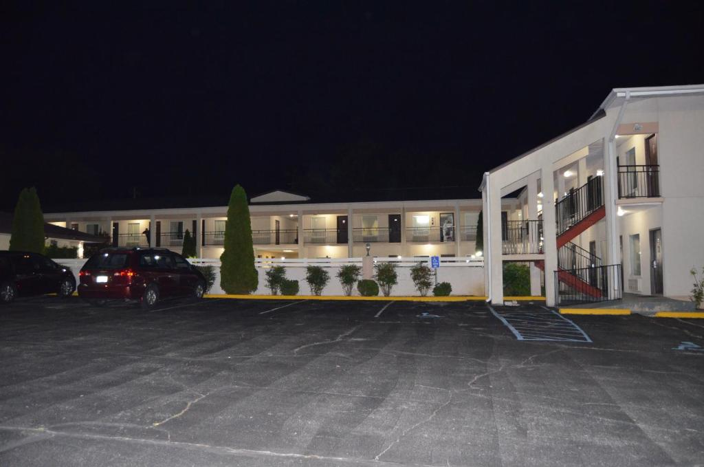 Book Now Travel Inn Kingsport (Kingsport, United States). Rooms Available for all budgets. Travel Inn Kingsport offers pet-friendly accommodation in Kingsport. Free WiFi is available throughout the property and free private parking is available on site.Each room is