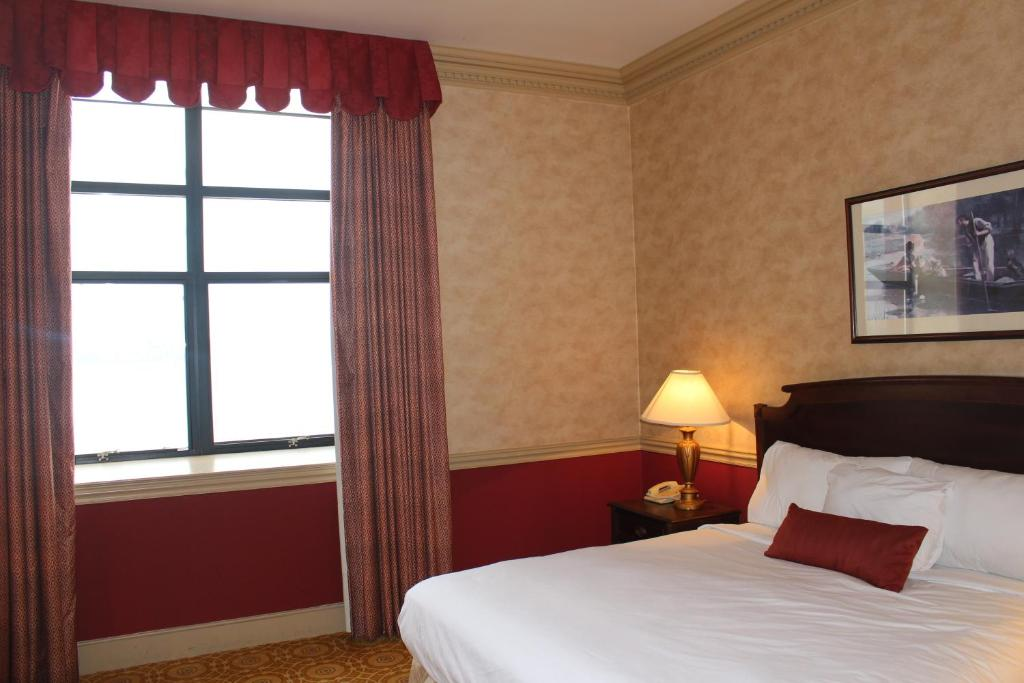 Book Now Roberts Riverwalk Urban Resort Hotel (Detroit, United States). Rooms Available for all budgets. Situated on Detroit's Riverwalk in the River Place District this hotel offers free WiFi. Just 2.5 miles from Comerica Park it features a 24-hour fitness center and a resta