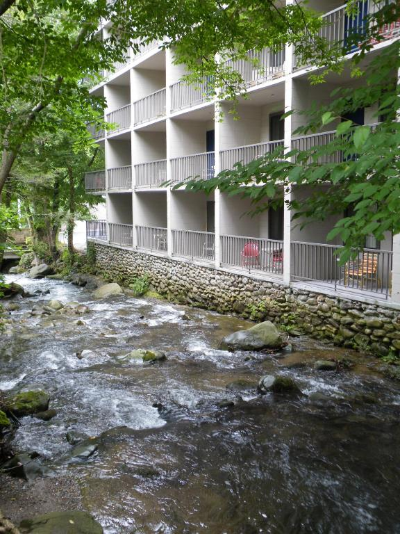 Book Now Sidney James Mountain Lodge (Gatlinburg, United States). Rooms Available for all budgets. Indoor-outdoor pools free Wi-Fi and a location near downtown Gatlinburg and Great Smoky Mountains National Park offer a home-style stay at the Sidney James Mountain Lodge. All