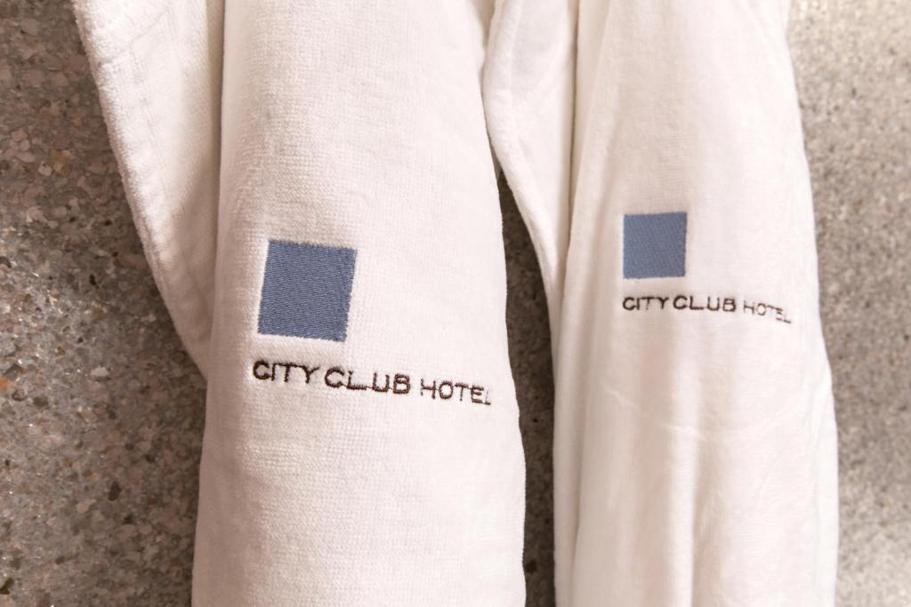 Book Now City Club Hotel (New York City, United States). Rooms Available for all budgets. A sleekly refurbished 1904 gentleman's club two blocks from Times Square the City Club Hotel boasts boutique rooms with free Wi-Fi feather beds Frette linens flat-screen TVs a