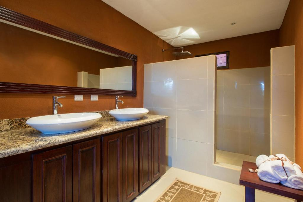 Three-Bedroom House - Shower Oro del Sol 20