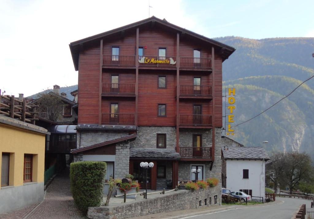 Book Now Albergo Le Marmotte (Pre Saint Didier, Italy). Rooms Available for all budgets. With spectacular views of Mont Blanc Albergo Le Marmotte offers a quiet location 1.5 km outside Pré-Saint-Didier. All simple rooms come with a mountain-view balcony.In th