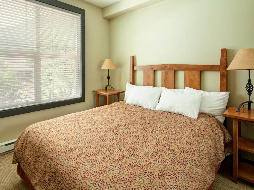 Queen Studio - Bed Panorama Mountain Resort - Premium Condos and Townhomes
