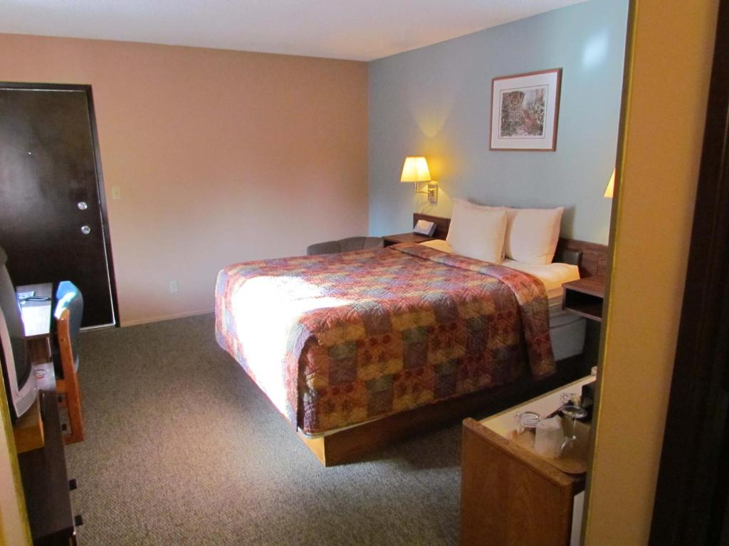 Economy Queen Studio - 201  (Not Pet Friendly Room) Ocean Crest Resort