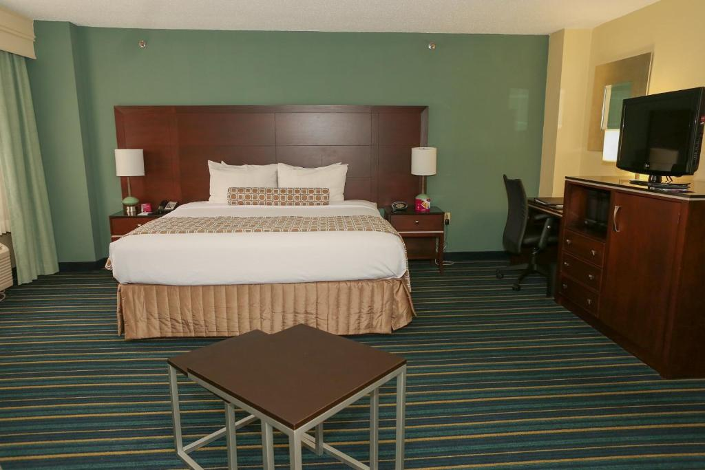 Book Now Crowne Plaza Virginia Beach (Virginia Beach, United States). Rooms Available for all budgets. Enjoy free in-room Wi-Fi an on-site restaurant and indoor pool at this non-smoking hotel just minutes from downtown Virginia Beach. The Crowne Plaza Virginia Beach is home to