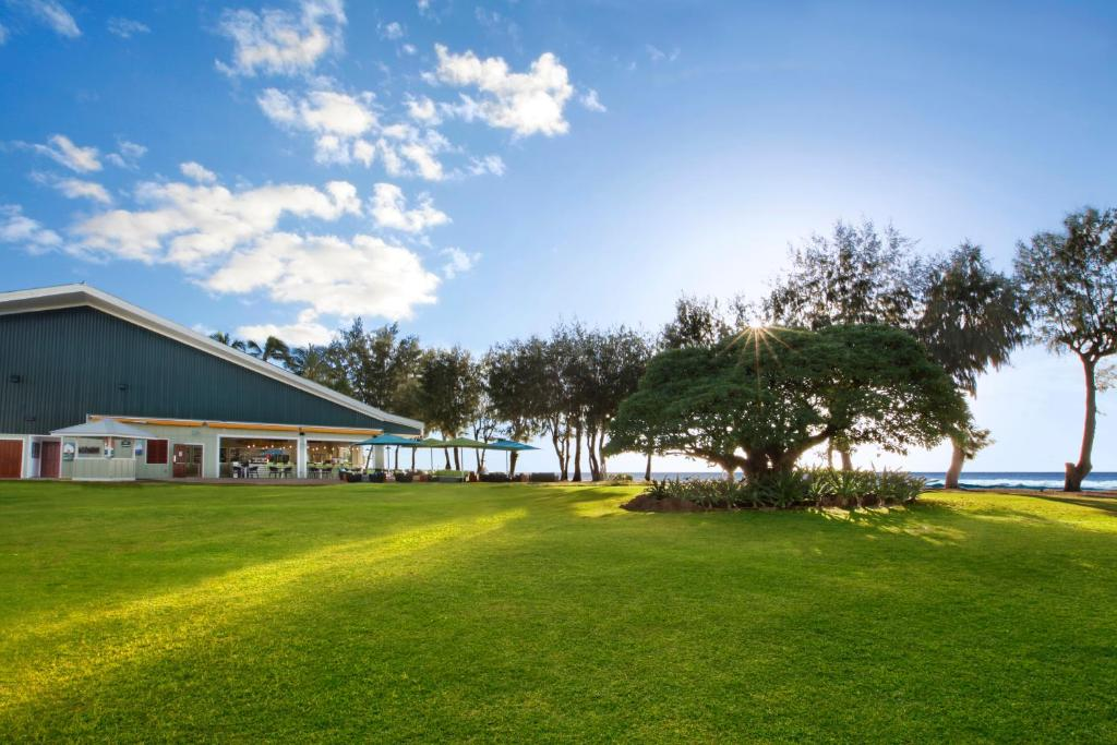 Book Now Kauai Shores Hotel (Kapaa, United States). Rooms Available for all budgets. TA-187-270-1440-01 Sunny rooms and beach access are some of the killer perks at Kauai Shores Hotel. The two-story Kauai Shores is home to 200 rooms featuring mini-fridges and