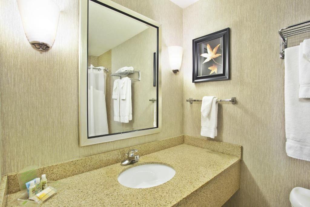 Book Now Holiday Inn Green Bay Stadium (Green Bay, United States). Rooms Available for all budgets. Offering free Wi-Fi while surrounded by modern elegance non-smoking Holiday Inn Green Bay Stadium is a convenient location for serious football fans. It's also a great place t