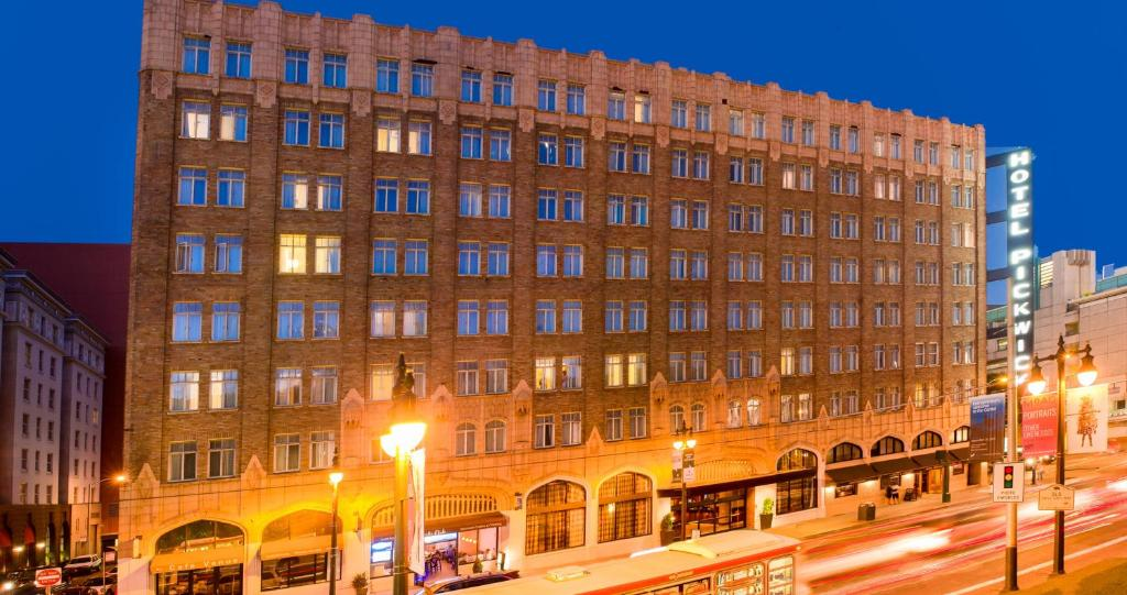 Book Now The Pickwick Hotel San Francisco (San Francisco, United States). Rooms Available for all budgets. A second-to-none location and vintage charm mix with contemporary touches at the non-smoking Pickwick Hotel San Francisco. This eight-story property was originally built in 19
