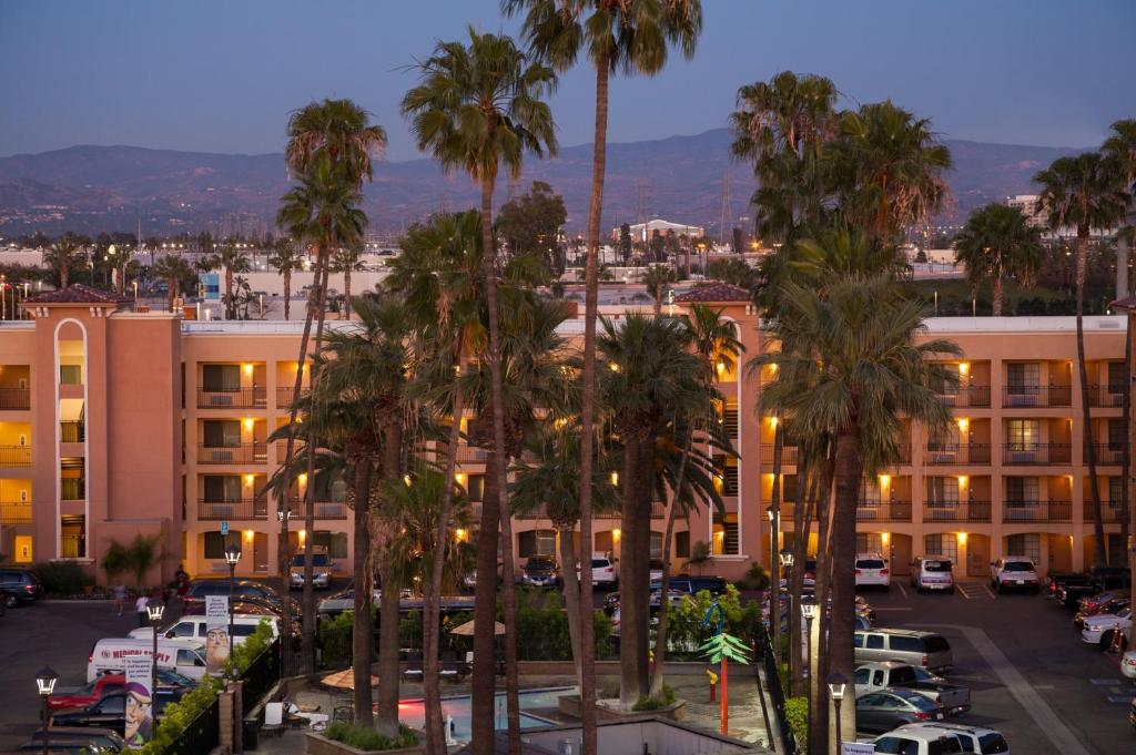Book Now Grand Legacy At The Park (Anaheim, United States). Rooms Available for all budgets. Featuring free WiFi the Grand Legacy At The Park is in Anaheim 400 metres from Disney California Adventure. Guests can enjoy the rooftop bar and the heated outdoor pool at thi