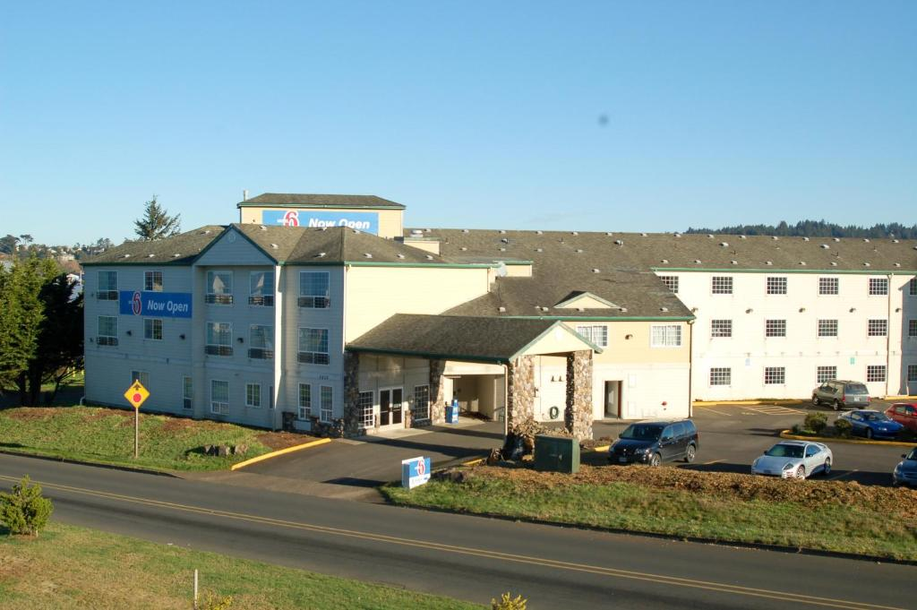 Book Now Motel 6 Newport OR (Newport, United States). Rooms Available for all budgets. Offering free WiFi in rooms Motel 6 Newport is 5 minutes' drive from Nye Beach. Agate Beach Golf Course is 9 minutes' drive away. Free hot beverages are served to guests each