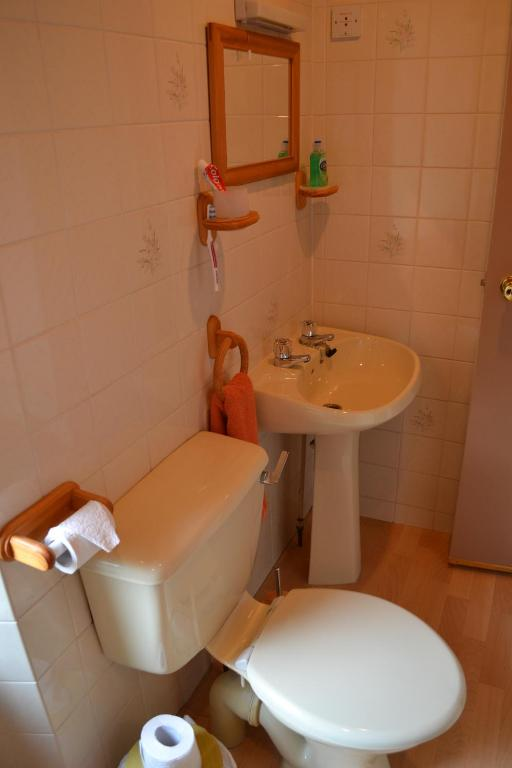 Twin Room with Ensuite Bathroom - Vannituba The Jays Guest House