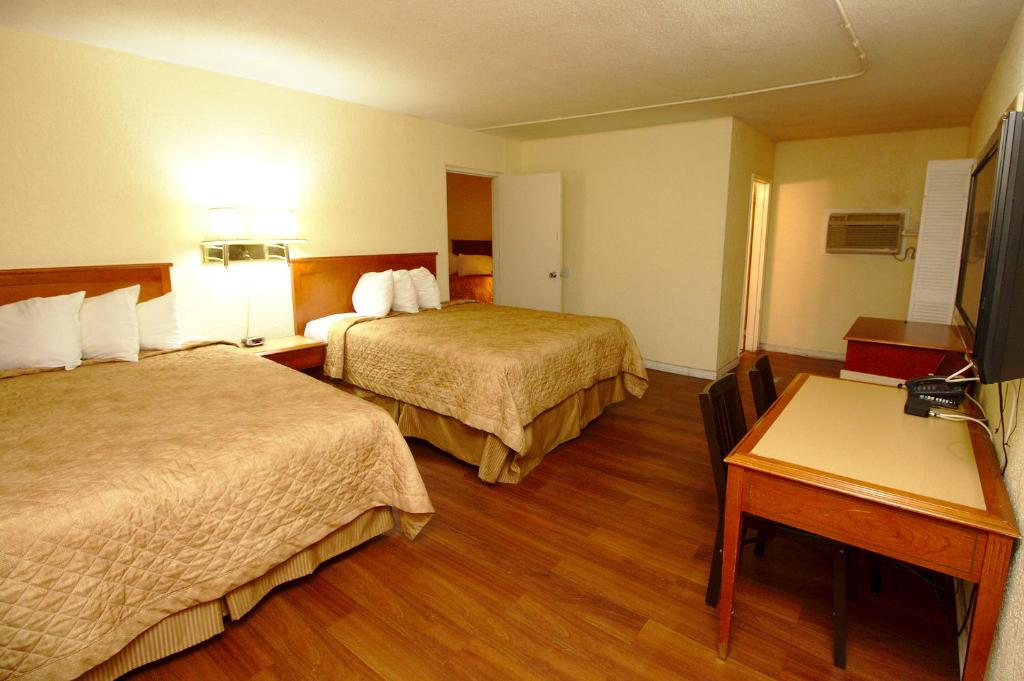 Book Now Niagara Lodge & Suites (Niagara Falls, Canada). Rooms Available for all budgets. Just 10 minutes' drive from Horseshoe Falls this Niagara Falls hotel offers free WiFi in every room. It features a hot tub.The warm-coloured traditional guest rooms are equipp