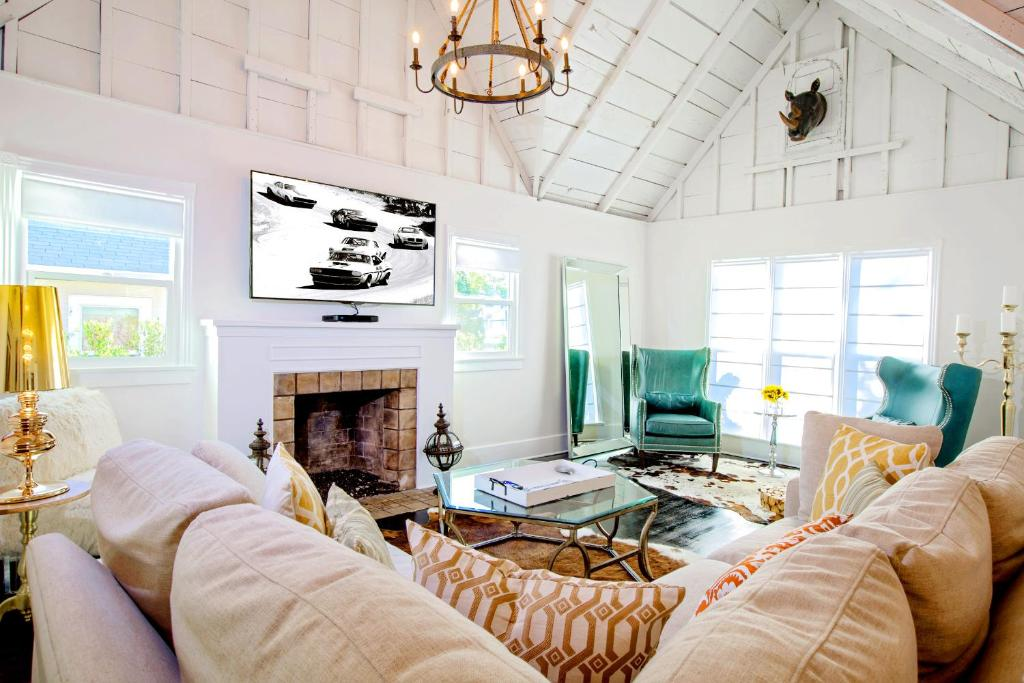 Three-Bedroom House - Separate living room Hollywood Luxury Cottage