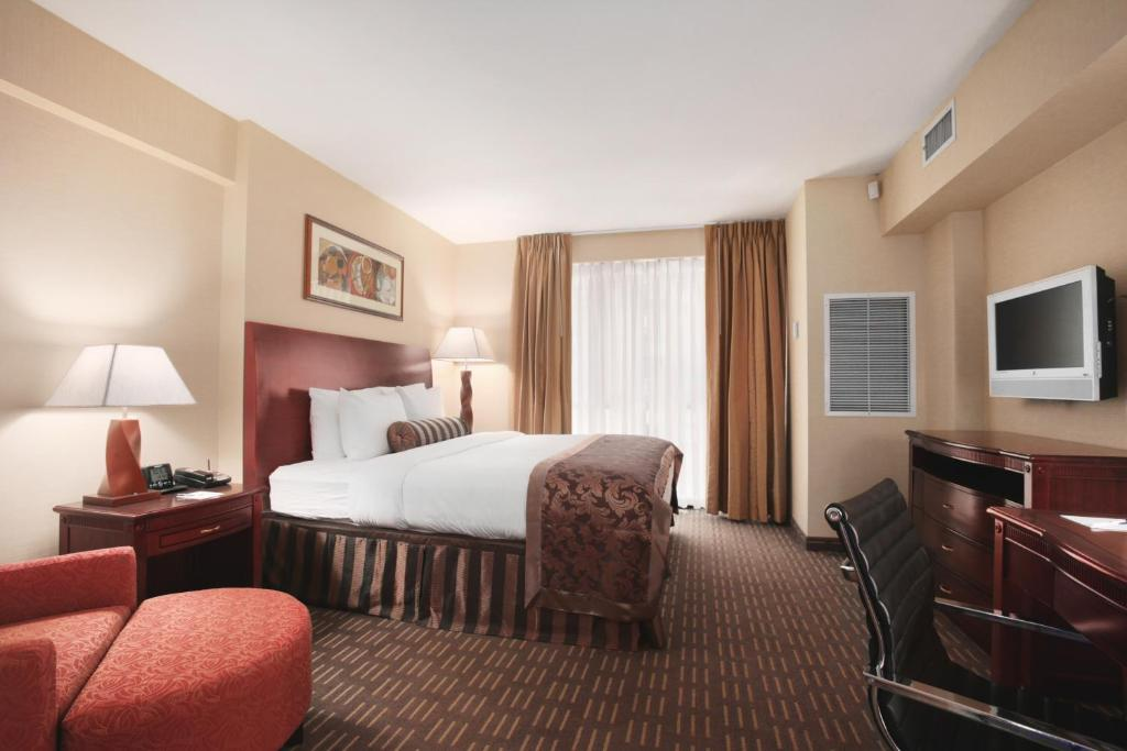 Book Now Wingate By Wyndham Manhattan Midtown (New York City, United States). Rooms Available for all budgets. Free Wi-Fi and a convenient address are pluses at the non-smoking Wingate by Wyndham Midtown located four blocks from the Empire State Building. The Wingate offers free Wi-Fi