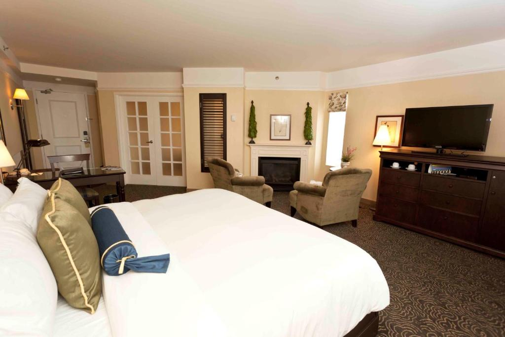 Book Now Le St-Martin Hotel & Suites (Laval, Canada). Rooms Available for all budgets. Steps from the city's financial and shopping district this hotel in downtown Laval offers a free continental breakfast. Carrefour Laval shopping centre is 3 km away.Le St-Mart