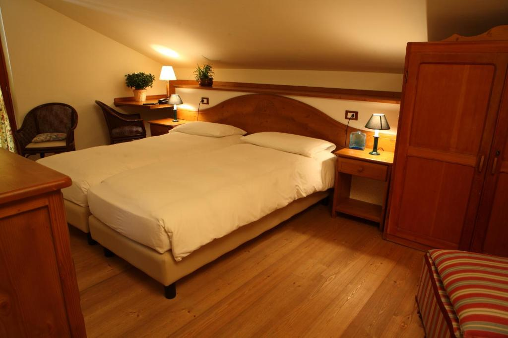 Book Now Hotel Valverde (Gressoney la Trinite, Italy). Rooms Available for all budgets. Located in Gressoney-la-Trinité in the Valle d'Aosta Region 100 metres from Punta Jolanda Hotel Valverde features a hot tub hammam and sauna. The hotel has a terrace and