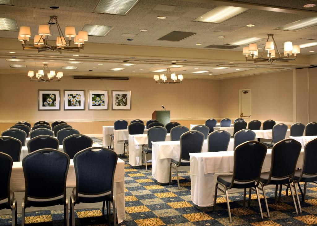 Book Now Four Points By Sheraton Pleasanton (Pleasanton, United States). Rooms Available for all budgets. Located on 11 acres of beautifully landscaped grounds Four Points by Sheraton Pleasanton offers an outdoor pool an on-site restaurant and a non-smoking environment. This two-s