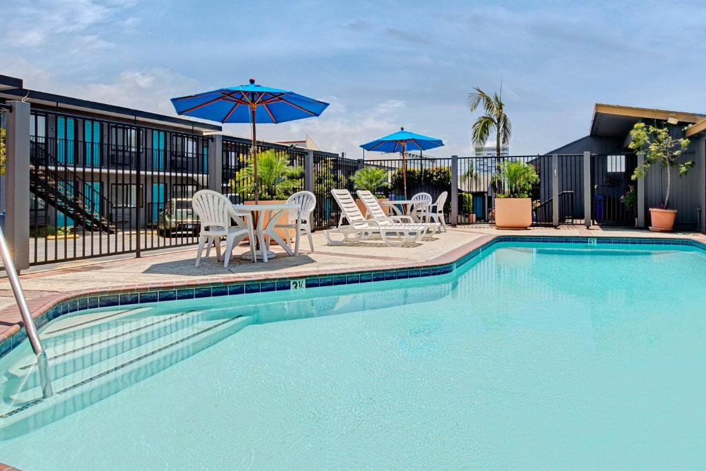 Book Now Travelodge LAX South (El Segundo, United States). Rooms Available for all budgets. With an airport shuttle and free Wi-Fi Travelodge LAX South has you covered affordably so. This 104-room motel on two floors has exterior corridors and offers free high-speed
