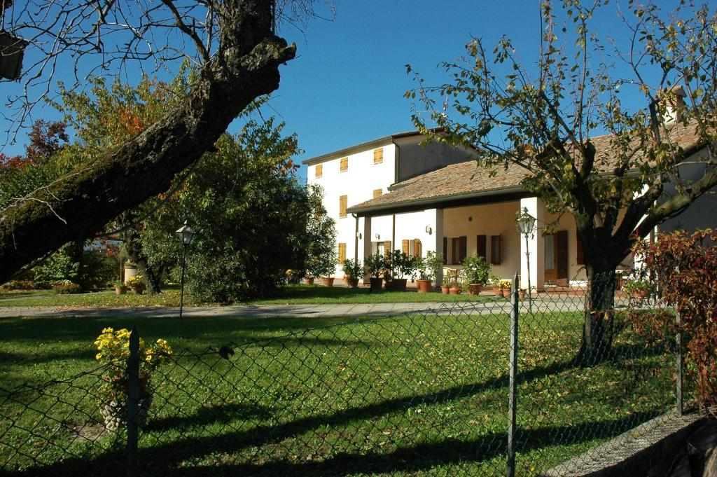 Book Now Albergo Volpara (Mussolente, Italy). Rooms Available for all budgets. Located 10 minutes' drive from Bassano del Grappa Albergo Volpara is an old farmhouse with typical restaurant and large gardens. It offers free parking and rooms with free Wi-