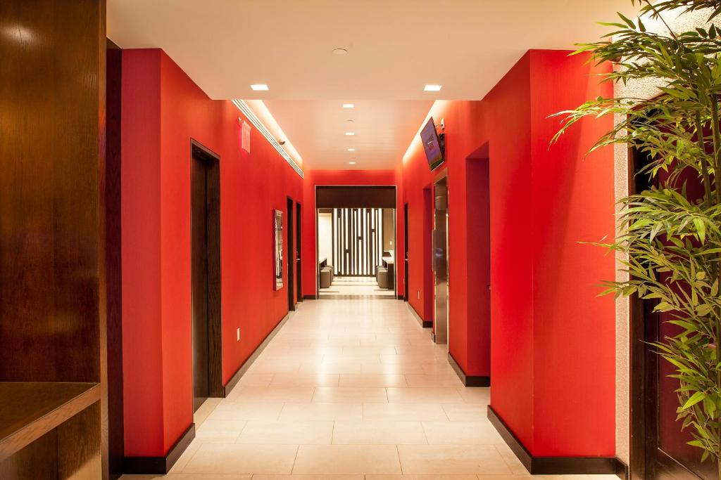 Book Now Broadway at Times Square Hotel (New York City, United States). Rooms Available for all budgets. This New York hotel is steps from Times Square. It is 2 blocks from the 49th Street Subway Station and features a 24-hour gym daily continental breakfast and rooms with free W
