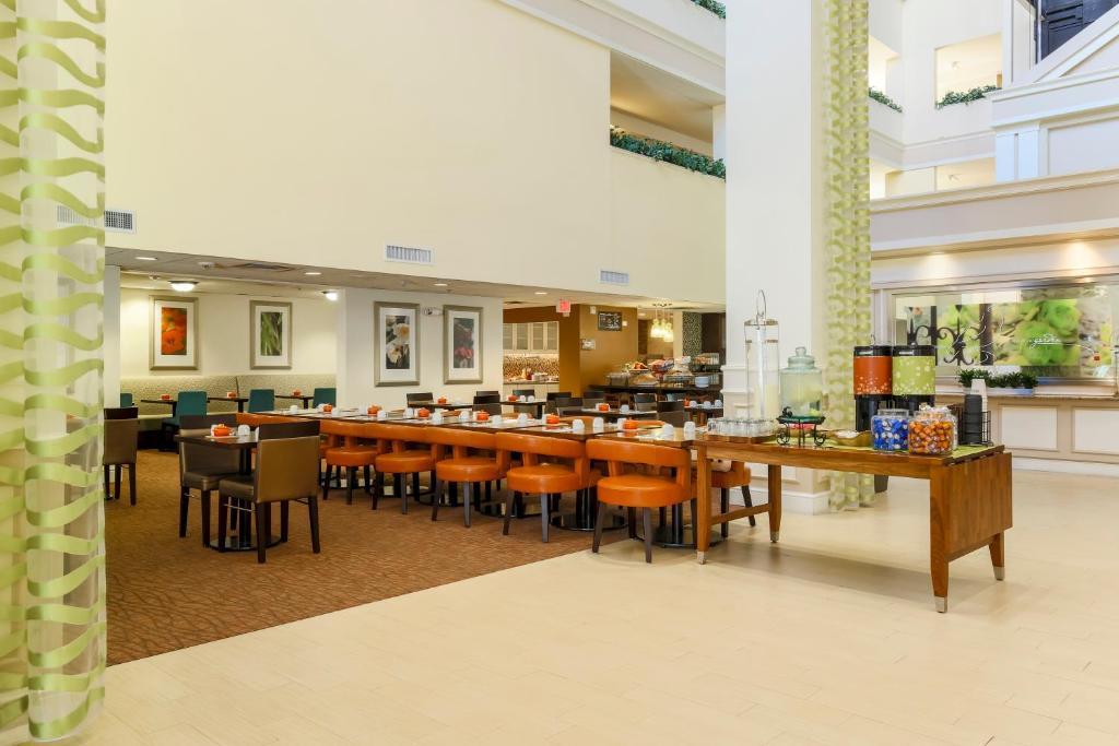 Hilton Garden Inn Dallas Market Center In Dallas Texas 12 Photos 191 Reviews Park Sleep