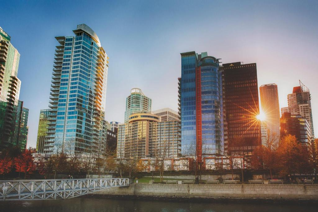 Book Now Pinnacle Hotel Harbourfront (Vancouver, Canada). Rooms Available for all budgets. Rooms with contemporary comforts a sparkling indoor pool and hot tub and well-stocked fitness center are among the draws at the non-smoking Pinnacle Vancouver Hotel. Spread ov