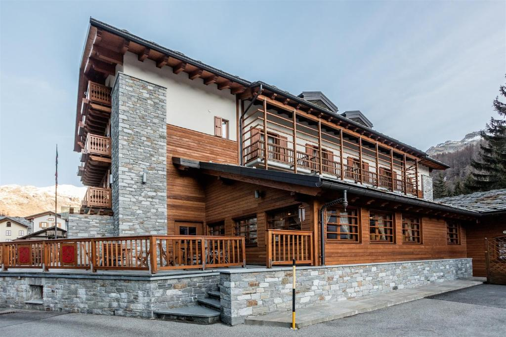 Book Now Hotel Lo Scoiattolo (Gressoney la Trinite, Italy). Rooms Available for all budgets. Hotel Lo Scoiattolo is next to the little historic square of Gressoney La Trinitè in the Monterosa ski area. It offers a free shuttle to the ski slopes a wellness centre